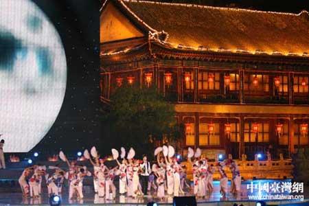 """以烟雨楼为背景在水中搭建的舞台第一次盛装亮相,舞台连秋水、楼阁共齐飞""""的舞美景观含蓄秀逸的中国古典特色。"""