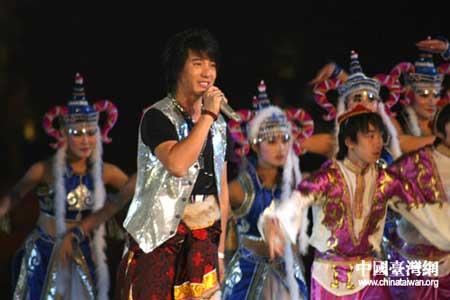 藏族好男儿蒲巴甲载歌载舞
