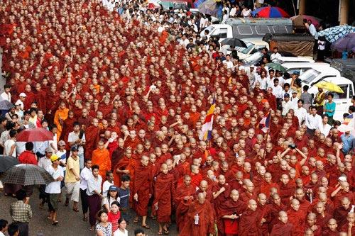 9月24日,缅甸仰光,数万名僧侣和市民走上街头示威游行。