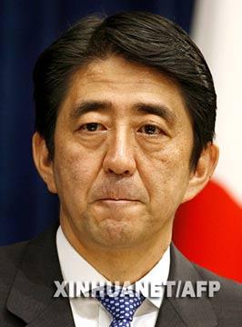 9月25日,日本首相安倍晋三在内阁会议上接受内阁大臣的辞呈,随后宣布内阁总辞职。这是9月12日在东京拍摄的安倍晋三宣布辞职时的资料照片。新华社/法新
