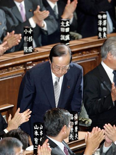 9月25日,日本东京,当选后的福田康夫在众议院向议员致敬。