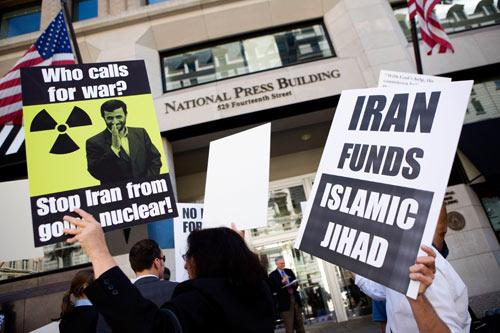 9月24日,示威者在全美新闻记者俱乐部门外抗议内贾德的有关言论。
