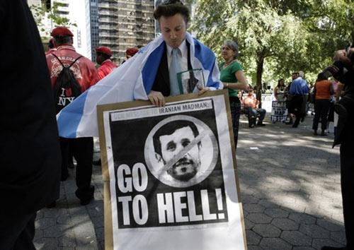 9月24日,一名犹太示威者手举标语牌,抗议内贾德的否认大屠杀的言论