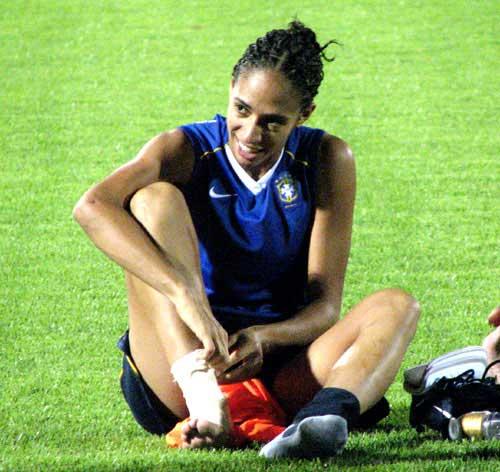 图文:[世界杯]巴西女足轻松备战 面挂轻松笑容