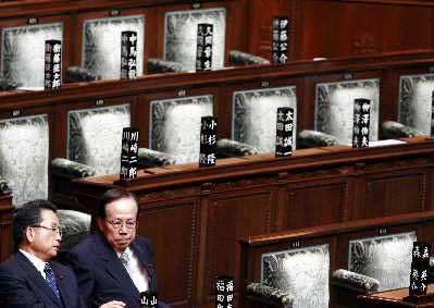 9月25日,福田康夫(右)在众议院的投票现场与一位议员交流。新华社图