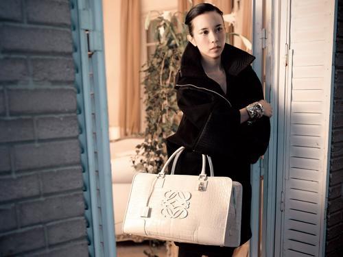 莫文蔚为新款手袋拍摄广告
