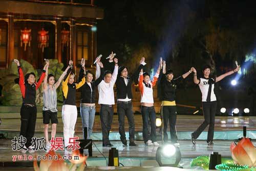 奥运冠军们和汪峰一起演唱