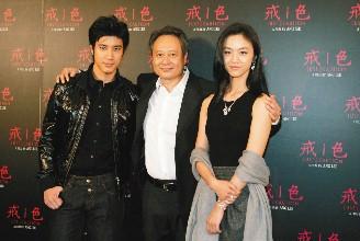"""""""色,戒""""记者会,导演李安(中)与演员王力宏(左)、汤唯,畅谈拍片的甘苦"""