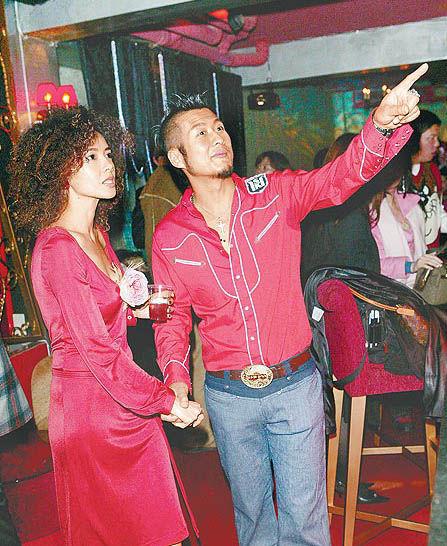 孙兴(右)和林美贞2年多前还亲密拉手共同为事业打拼