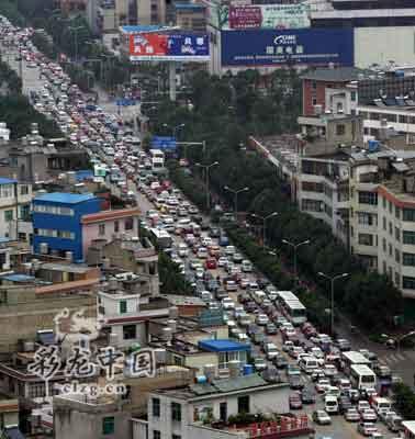 昨天下午6点左右,西园路车辆排成长龙 记者 王磊/摄