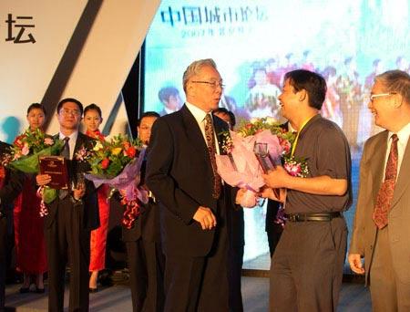 颁奖大使与获奖城市愉快交流