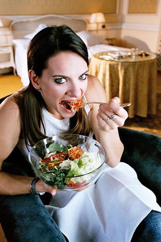 图文:捕捉赛场下的美丽伊娃 美味沙拉是最爱