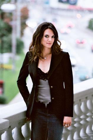 图文:捕捉赛场下的美丽伊娃 黑色外套衬托性感