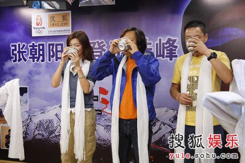 三人共同饮下青稞酒