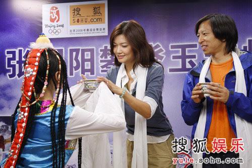 姜培琳接受青稞酒