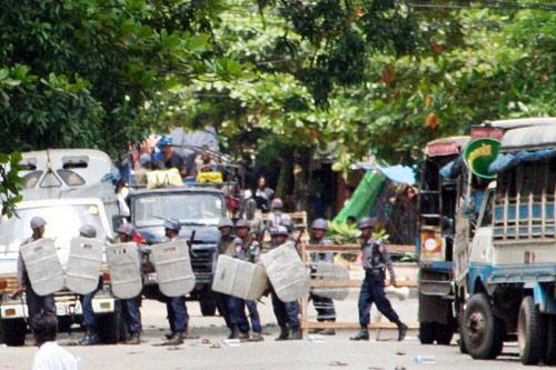 9月26日,防暴警察封锁仰光市区一条街道。