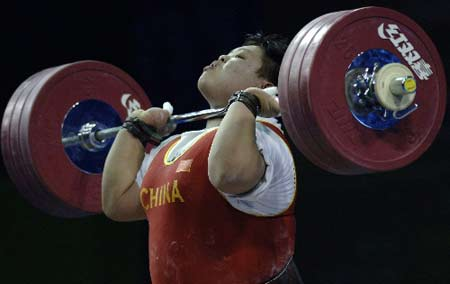 图文:举重女子75公斤以上级 穆爽爽力斗张美兰