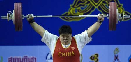 图文:举重女子75公斤以上级 穆爽爽挺举比赛中
