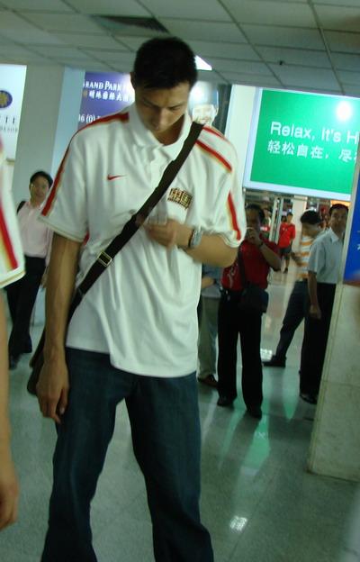 图文:中国男篮抵达合肥 易建联发短信