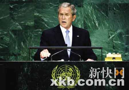 布什在联大发表演说时指责伊朗违反人权,可惜伊朗总统内贾德根本不买帐,摘下耳机与旁边的伊朗外长聊天。(新华社图)