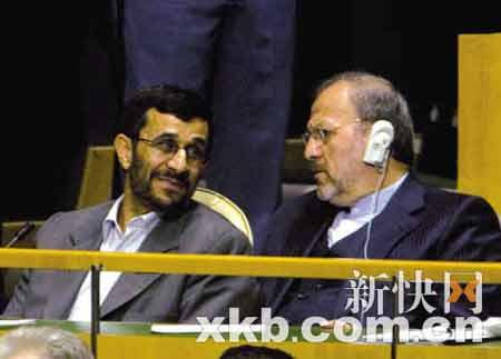 内贾德摘耳机不听布什演讲