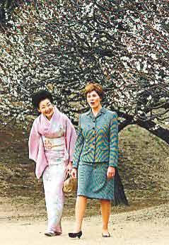 2002年,布什夫人劳拉与福田贵代子在东京散步