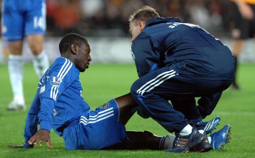 图文:[联赛杯]切尔西4-0赫尔城 小赖特受伤倒地