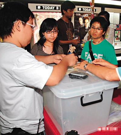戏院职员检查观众随身物品后,所有摄录器材均被存放于场外。