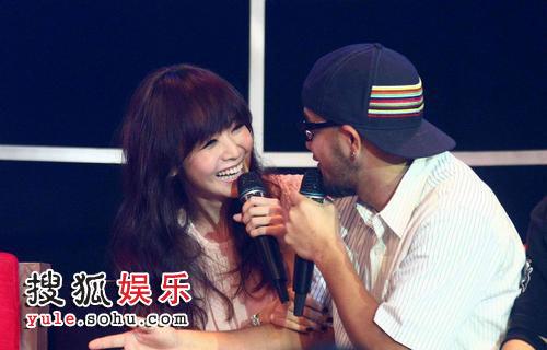 侯佩岑与张震岳在节目现场密谈