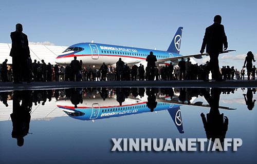 9月26日,一架由苏霍伊公司生产的民航客机停放在俄罗斯共青城的机场内。