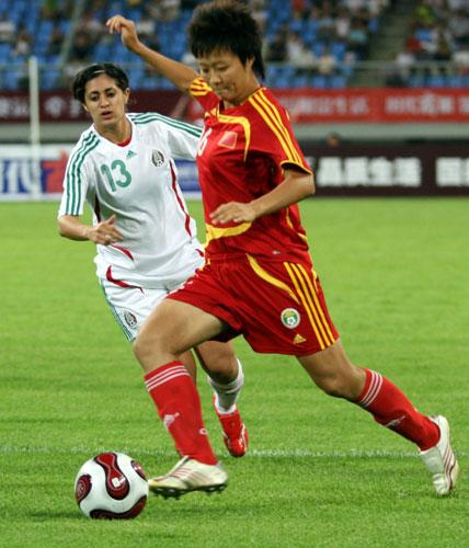 图文:好运北京女足赛中国1-0墨西哥 刘亚莉边路传中