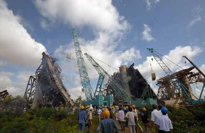 9月26日,救援人员在越南南部芹苴与永隆两省之间的芹苴大桥坍塌现场工作。