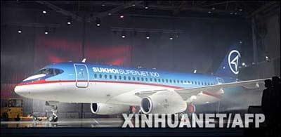 9月26日,一架由苏霍伊公司生产的民航客机在俄罗斯共青城举行的揭幕仪式上同公众见面。 新华社/法新