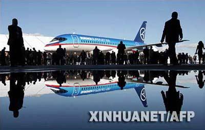 9月26日,一架由苏霍伊公司生产的民航客机停放在俄罗斯共青城的机场内。新华社/法新
