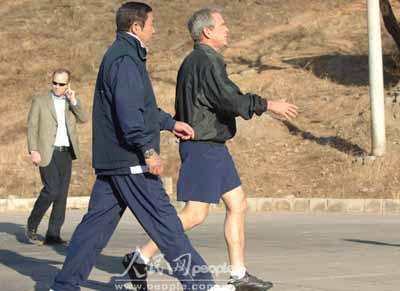 布什总统一身运动装走进骑车场地。
