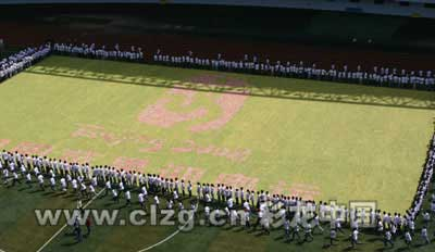 """数百名青年志愿者围着用苹果拼成的""""昭阳苹果迎奥运""""和""""奥运中国印""""图案"""