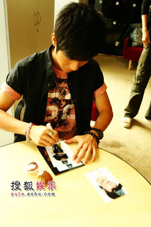 陈楚生在照片上签名