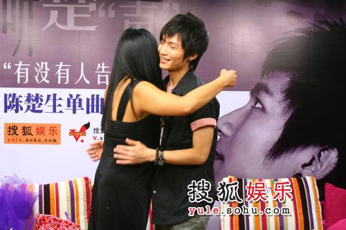 陈楚生样二相互拥抱