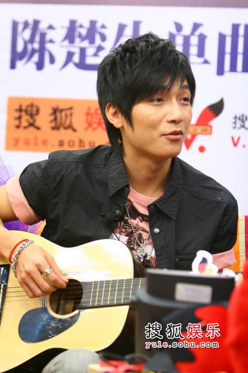 陈楚生弹吉他