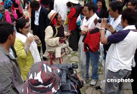 藏语频道记者在农牧区采访