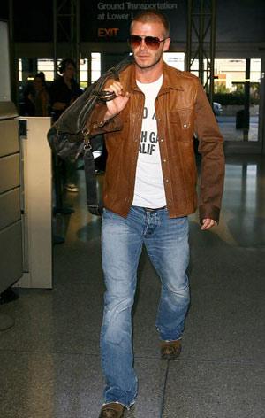 在洛杉矶国际机场,仅仅拎着小包的贝克汉姆受到了摄影记者的包围。