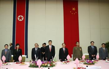 2006年9月29日晚,中国驻朝鲜大使刘晓明和夫人在平壤羊角岛饭店举行盛大宴会,庆祝中华人民共和国成立57周年。来源:外交部网站