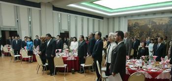 朝鲜党、政、军有关部门负责人、各国驻朝使节和国际机构代表、驻朝中资机构人员代表近200人出席了庆祝宴会。来源:外交部网站