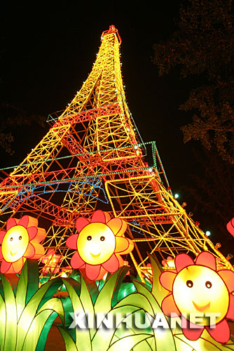 9月26日晚在北京地坛公园拍摄的法国埃菲尔铁塔彩灯。