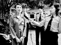 监狱女主播(左一)在接受采访。颜斐/摄