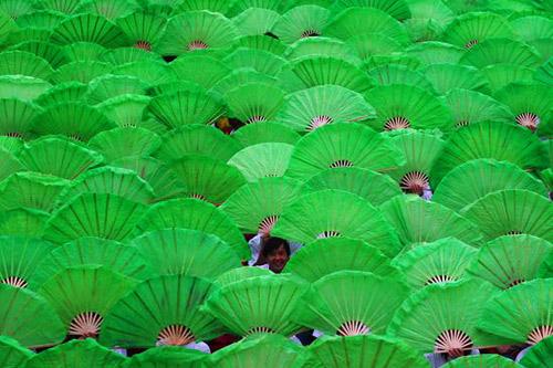 """9月27日,河南洛阳,市民庆祝""""世界旅游日""""河洛文化旅游节开幕。"""