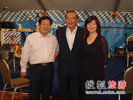 北京五洲皇冠假日酒店副总经理崔福水先生(左)柯俊雄先生(中)尹玲女士(右)