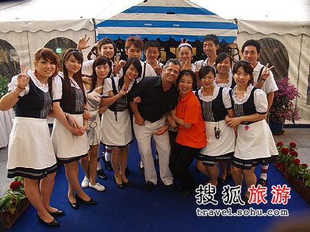 北京五洲皇冠假日酒店总经理石泰乐先生(中)及服务团队