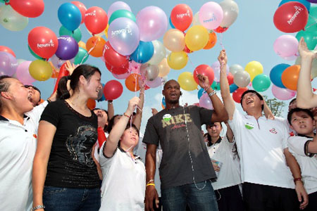 鲍威尔与特奥运动员们一起放飞代表梦想的气球。新华社发