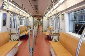 1号线新车:内饰为暗红色地板和明黄色座椅。